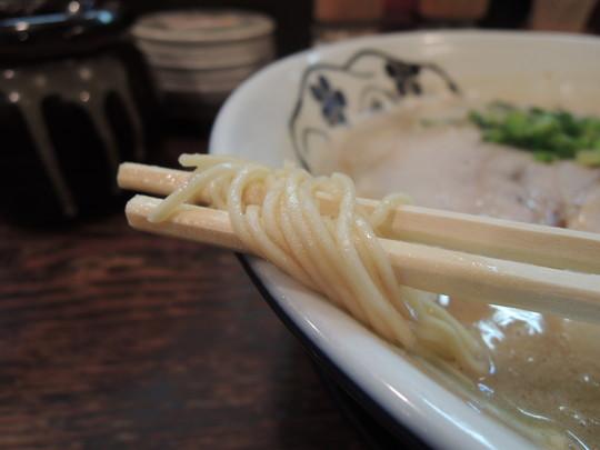王道の豚骨ラーメンの麺