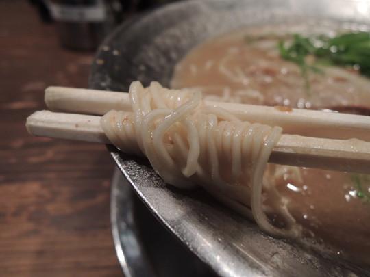 白とんこつの麺
