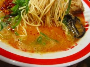 豚シャモジ 肉盛豚辛ソバ 麺スープ