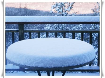 テラスに積もった雪