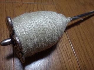 イヌビユ染めした真綿を紡ぐ