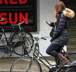 「自転車」、「スマホ」、「イヤホン」で「音楽」、「傘」、「飲み物」←これ全部一度に楽しむ方法