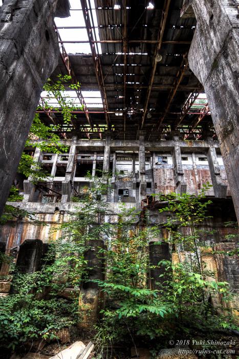 選鉱場内部 1階通路より2階部分を見上げる