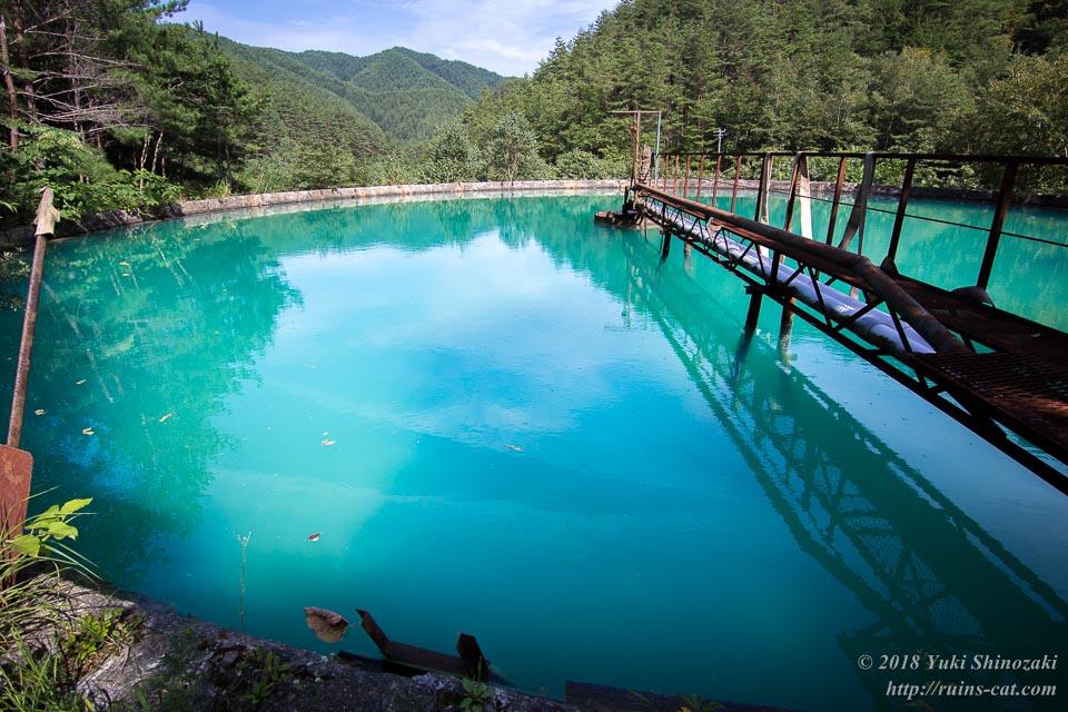 幻想的な青い水を湛えるシックナー