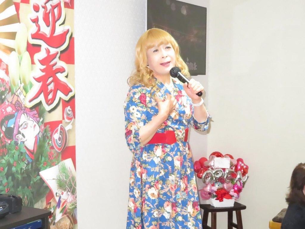 花柄ワンピ赤ベルト新春カラオケ(4)