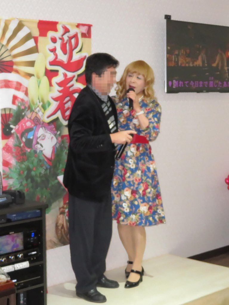 花柄ワンピ赤ベルト新春カラオケ(5)