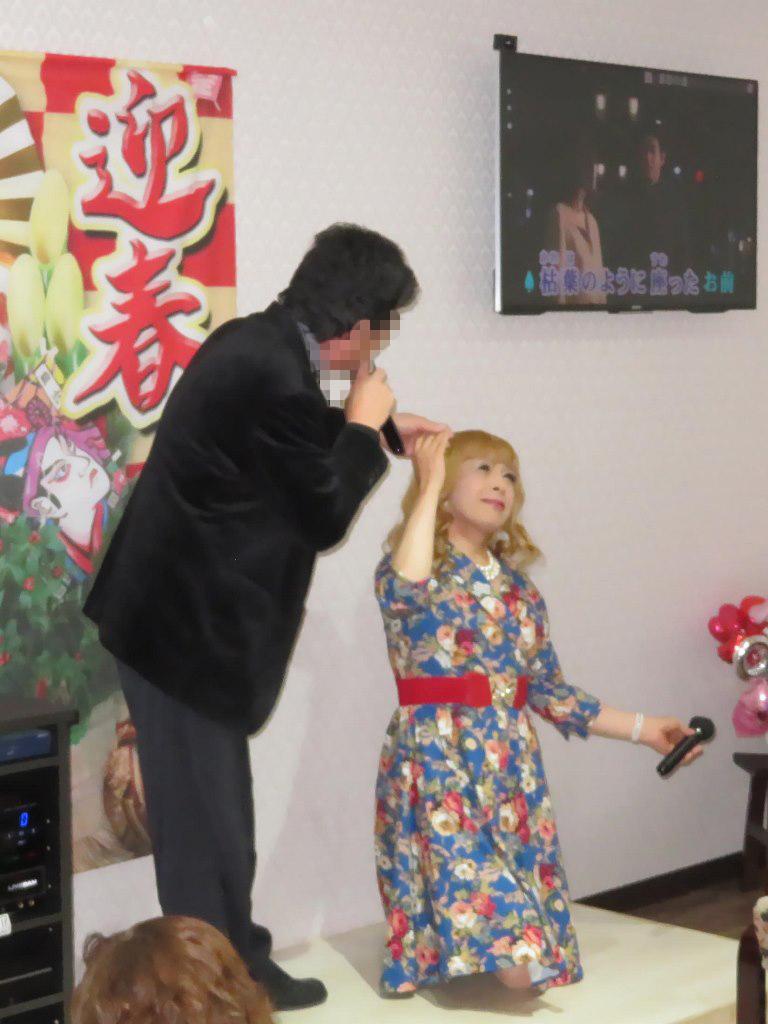 花柄ワンピ赤ベルト新春カラオケ(8)