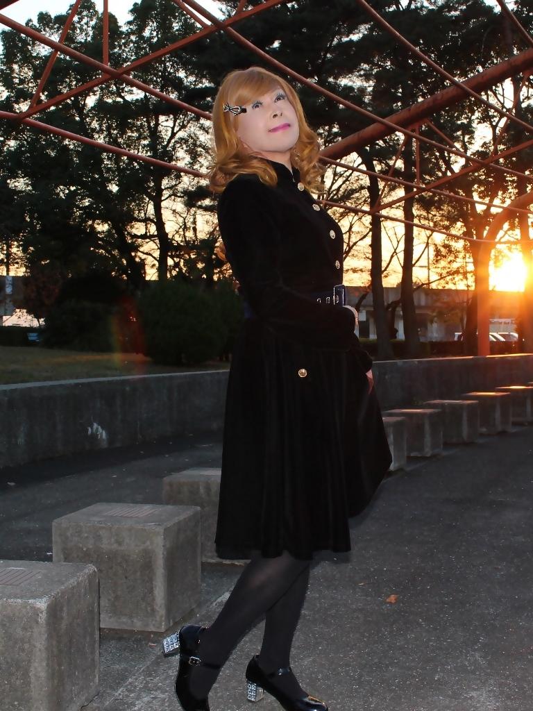 黒ベルベットワンピ冬の公園A(8)