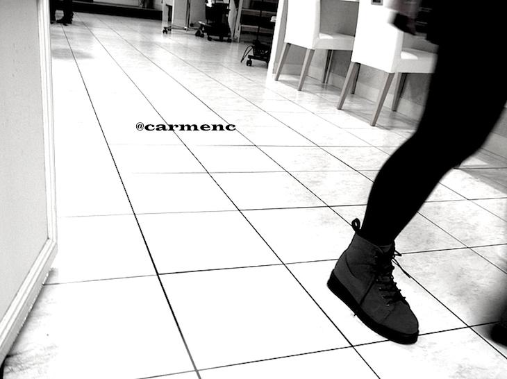 白のフロアの足