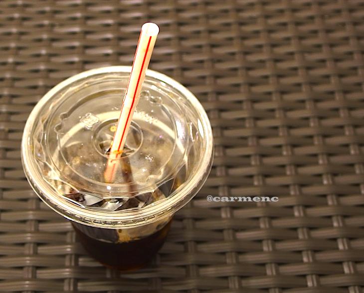 椅子の上のアイスコーヒー