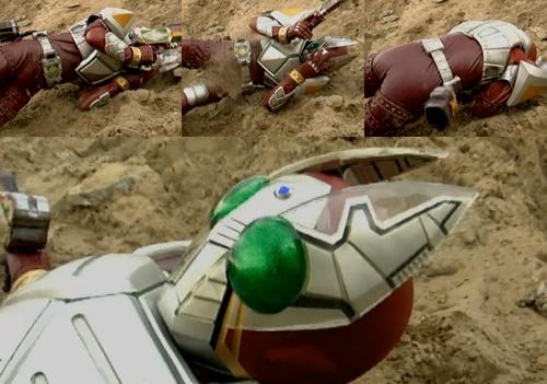 仮面ライダーギャレンが苦戦、やられてピンチ