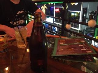 バーのテラス席でビール