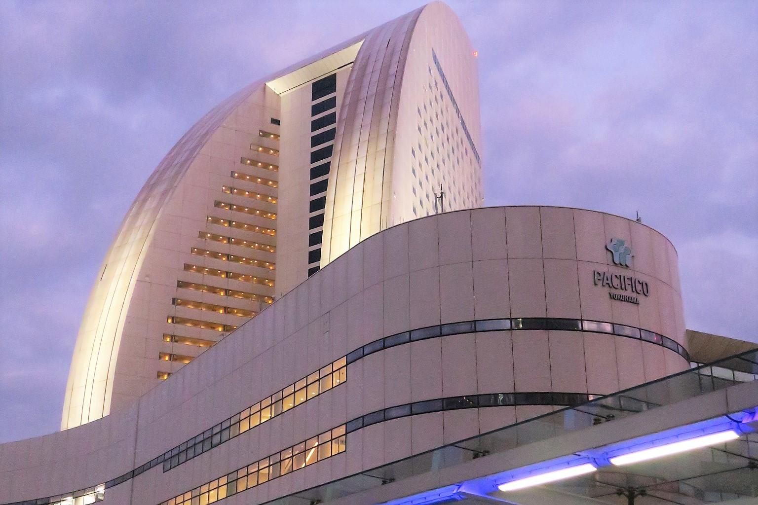 「パシフィコ横浜」鉛色の空の下