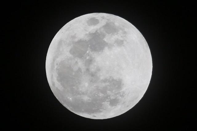 雲が切れきれいに見えた満月