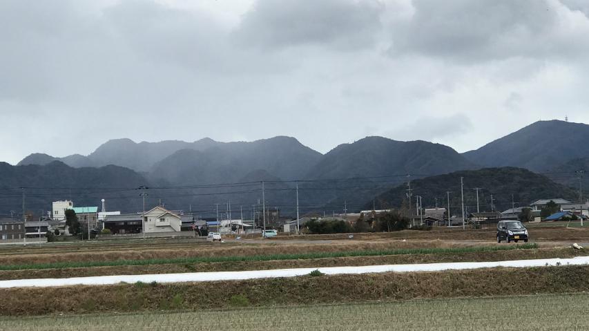 雪雲が諭鶴羽山地をなでて行く