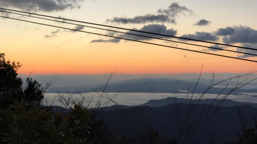四国の山に太陽が沈む