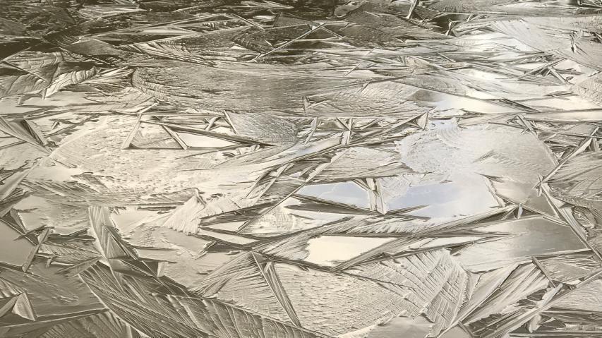 山裾の池に氷が張った!