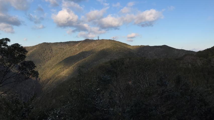 重厚な山容の諭鶴羽山