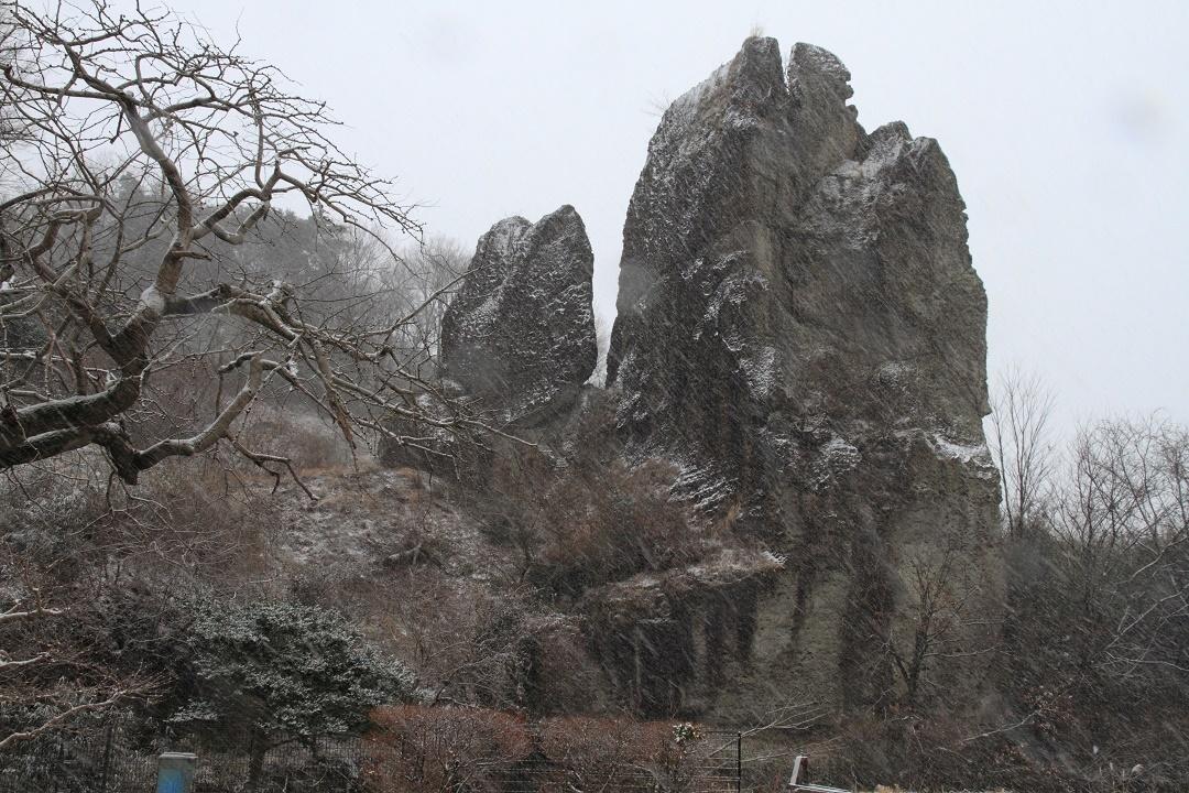 雪降る日の大谷石・岩山③