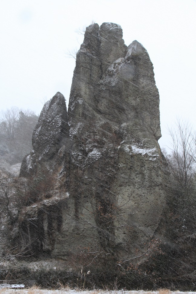 雪降る日の大谷石・岩山④
