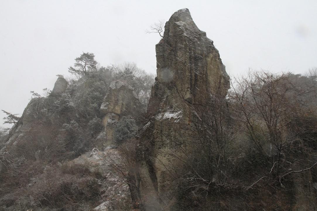 雪降る日の大谷石・岩山⑤