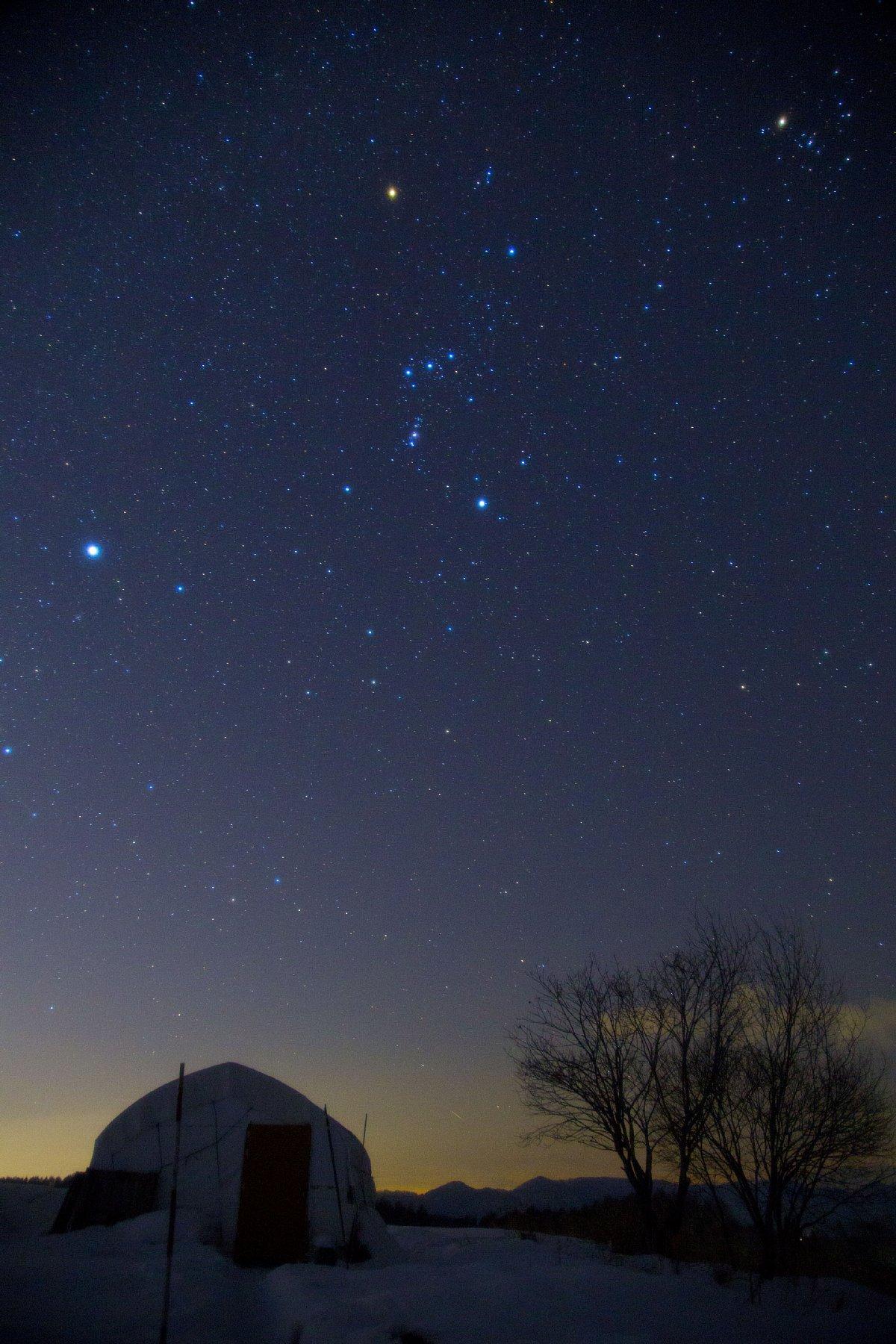 【星景】雪のテントハウスとオリオン