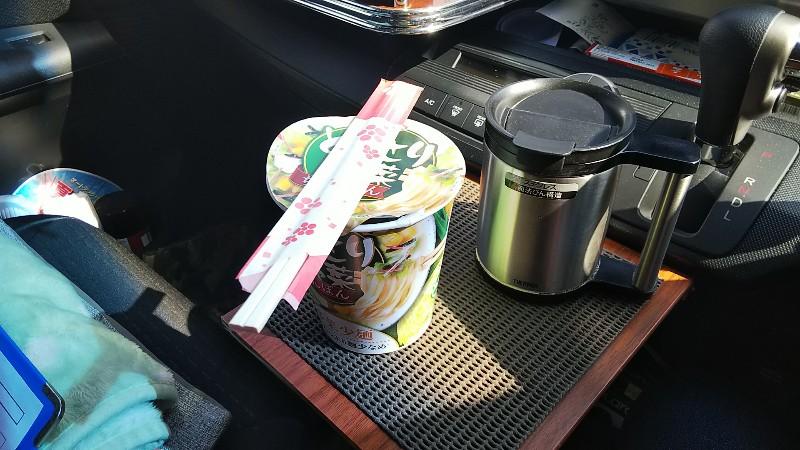 車内で昼食201802
