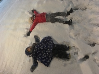 雪に寝転がるの図