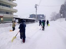 田上小校門内外を除雪