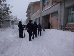 給食運搬口も除雪