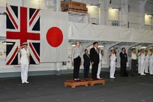 メイ首相いずも乗艦1