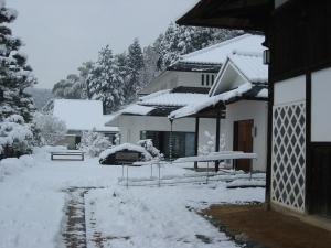 麻績学校校舎(右手前)と人形館