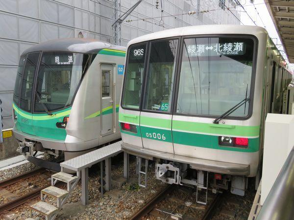 千代田線本線用の16000系(左)と支線用の05系(右)
