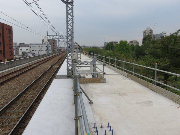 北綾瀬駅ホーム端から綾瀬駅方向を見る。新しいホームの床面が完成している。
