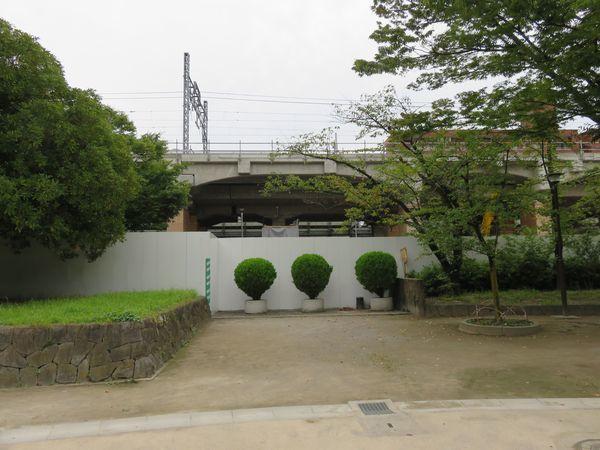 既存の高架橋に沿って新ホームの高架橋が建設されている。