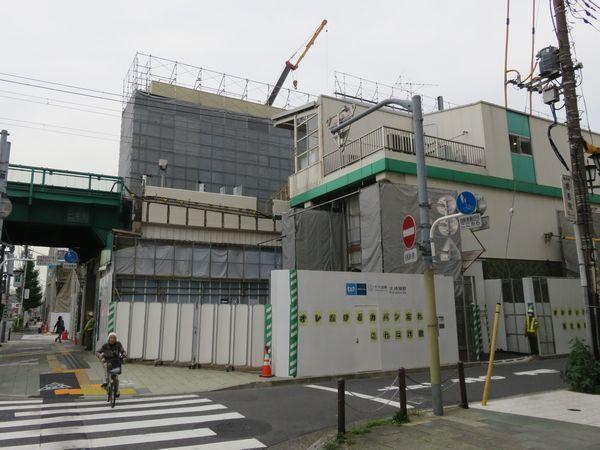 終端側改札口と歩道橋新設のため、既存の駅舎は一部が取り壊された。