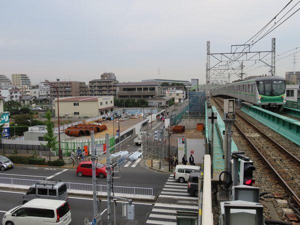 ホーム端から車両基地方向を見る。ここにも新しい改札口が設置され、環状7号線の向こう側へ直接出られるようになる。