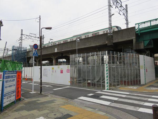 環状7号線反対側の階段・エレベータ予定地。