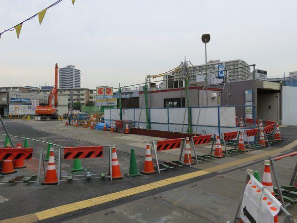 中野寄りにある1番出入口。周辺では掘削が本格化しているが、出入口本体の構造物には今のところ変化はない。