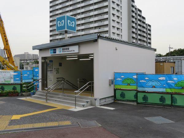 移転した3番出入口。新しい出入口は仮設であるため、プレハブ構造になっている。