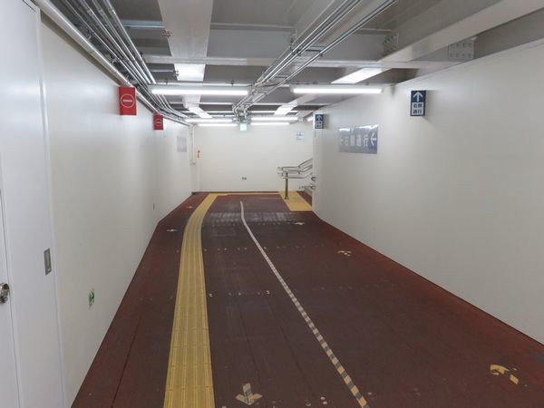仮3番出入口の通路。数年で取り壊しとなるため、鉄板などを組み合わせた簡易構造になっている。