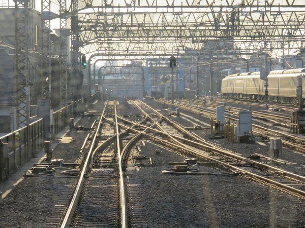 代々木上原駅停車中の下り列車から小田原方向を見る。緩行線上にも信号機が設置された。