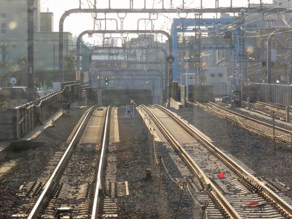 東北沢駅へ向けて走行中。緩行線は架線の設置も完了している。