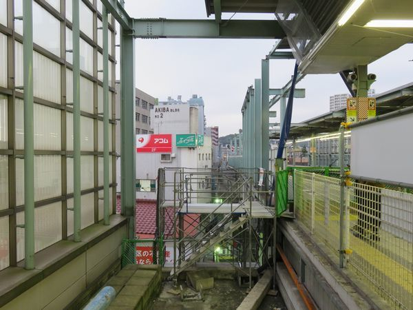 登戸駅1番線小田原寄りの線形変更。当初は直進して2番線と合流する計画だったが、雑居ビルの用地買収が不調に終わったため、そこを避ける形でS字にカーブさせ、2番線と合流するよう変更された。