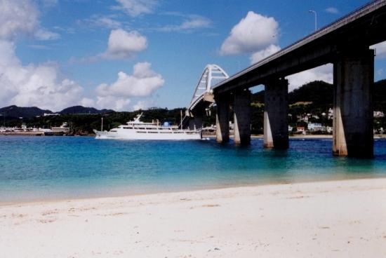 ⑫瀬底大橋とフェリー (550x368)