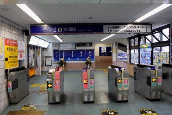 ①西新井駅改札 (550x367)