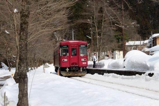 ①雪のホーム (550x367)