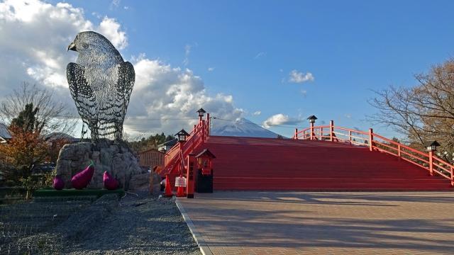 3鳩と橋と富士山昼