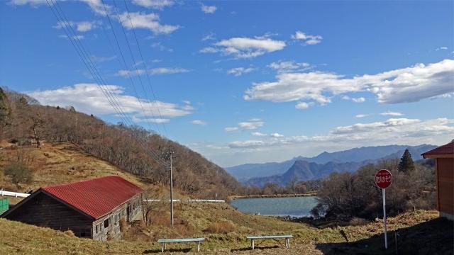 6神津牧場の池の遠方に山並み