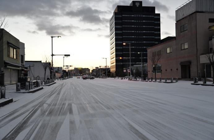 2018-1-25雪の朝6時40分JR半田駅前